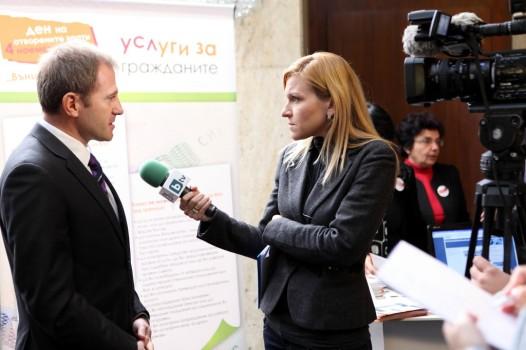 Gabriela_Naplatanova_taking_an_interview-1024x682